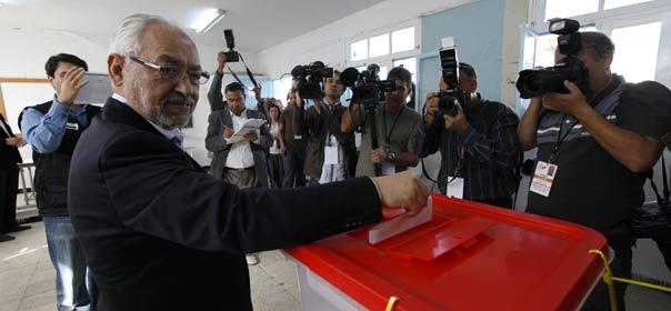 Rached Ghannouchi vote, le 23 octobre 2001.© REUTERS.