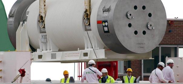 Un container de MOX est déchargé au port de Barrow-in-Furness (Angleterre), en 2007. © REUTERS.