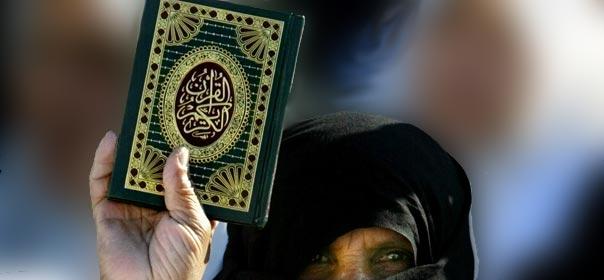 Une femme palestienne brandit un exemplaire du Coran lors d'une manifestation à Gaza. © REUTERS.