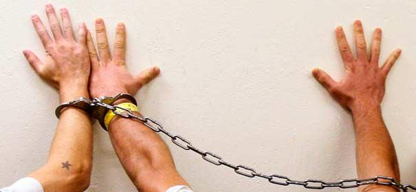 Prisonniers présentant leurs mains à Fullerton en Californie © Reuters