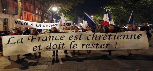 Des catholiques fondamentalistes manifestent en novembre 2011 contre une pièce de théâtre du metteur en scène Roméo Castelluci à Rennes ©REUTERS