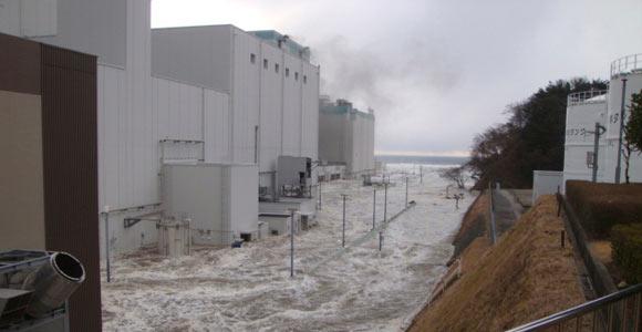 La centrale nucléaire de Fukushima Dai-ichi envahie par les eaux le 11 mars 2011. © REUTERS