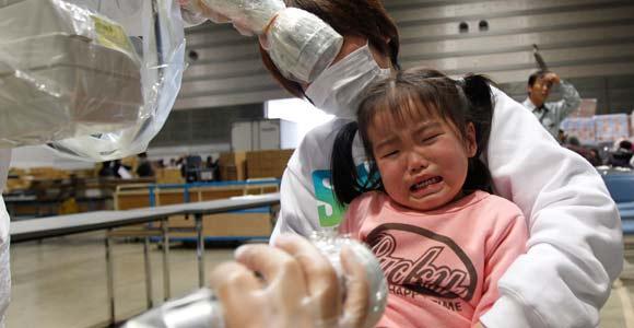 Un taux de radioactivité d'une petite fille de trois ans est mesuré dans un centre pour réfugiés de la région de Fukushima, le 29 mars 2011. © REUTERS