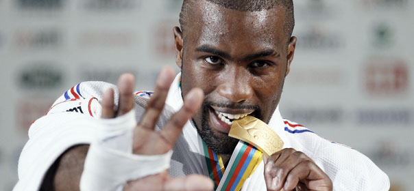 Teddy Riner, judoka français, avec sa médaille d'or au championnat du monde du Judo de Paris, août 2011. © REUTERS