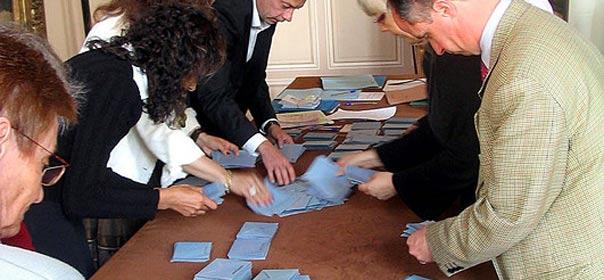 Dépuillement au bulletin de vote de l'hôtel de ville de Cognac, à la présidentielle de 2007. Via FlickR CC license by Pierre-alain dorange
