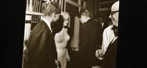 Avec John F. Kennedy, de dos.