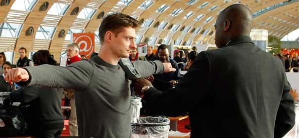 Un agent de sécurité contrôle un passager à l'aéroport de Roissy. © REUTERS