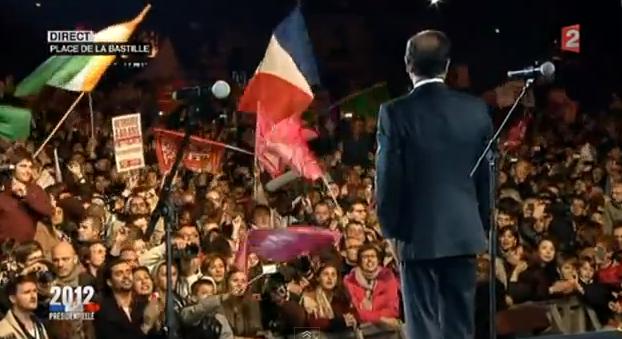 À gauche, un drapeau irlandais. Au centre, un drapeau français.