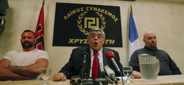 Nikolaos Michaloliakios, le leader d'Aube Dorée (entouré de candidats du parti), donne une conférence de presse le 6 mai 2012. © REUTERS.