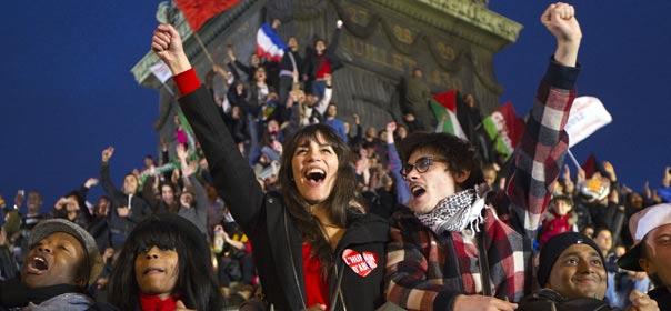 Perchés sur la colonne de la Bastille, on distingue des drapeaux français et palestiniens. © REUTERS