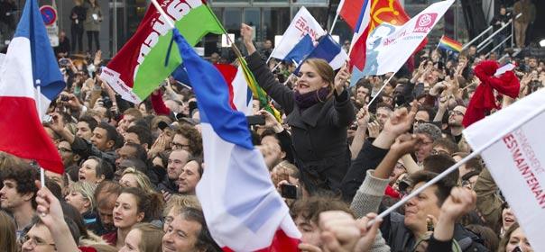 Des drapeaux français, du PS et du Front de gauche. © REUTERS