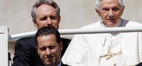 Paolo Gabriele, le majordome du Pape ici présent au 1er rang, a été arrêté le 25 mai. Crédits : REUTERS.