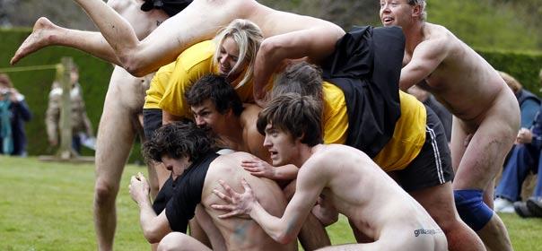 """Des joueurs de rugby néo-zélandais """"Nudes Blacks"""" contre les """"Romanian Vampires"""" lors d'un match à Larnach Castle, Nouvelle-Zélande, le 24/09/2011. © REUTERS"""