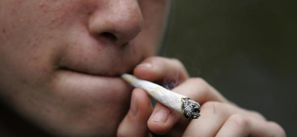 En troisième, un garçon sur quatre a déjà fumé du cannabis. © REUTERS