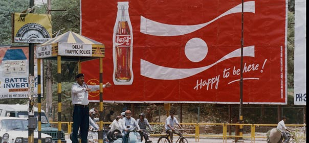 Affiche publicitaire de Coca-Cola à New Delhi, 2007. ©REUTERS