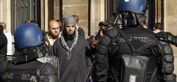 Des gendarmes font face aux manifestants illégaux, place de la Concorde à Paris, protestant contre un film américain diffusé sur Youtube, se moquant du prophète Mahomet, le 15 septembre 2012. © REUTERS