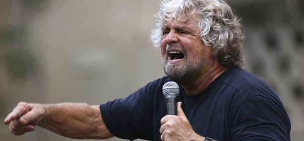 """Le leader du parti """"Mouvement des cinq étoiles"""" et comédien Beppe Grillo lors d'un meeting en Sicile. © REUTERS"""