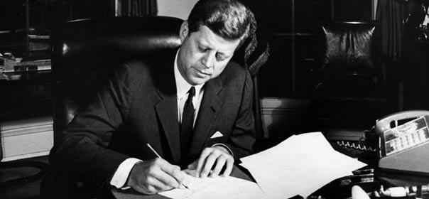 John F. Kennedy en train de signer l'autorisation pour le blocus de cuba, le 23 octobre 1962. © wikimedia commons.