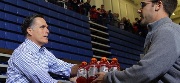 Le candidat républicain à la présidence américaine Mitt Romney distribue des vivres aux victimes de l'ouragan Sandy, lors d'un rassemblement à Kettering (Ohio). © REUTERS