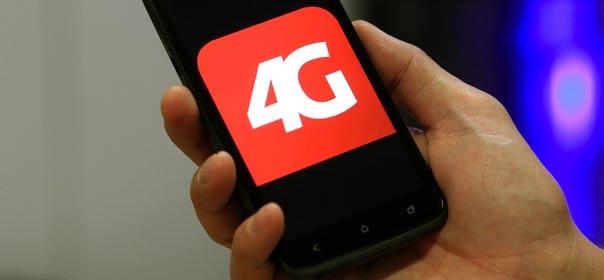 Un employé d'une société suisse de Telecom montre un téléphone compatible avec la 4G, le 28 novembre 2012. © REUTERS