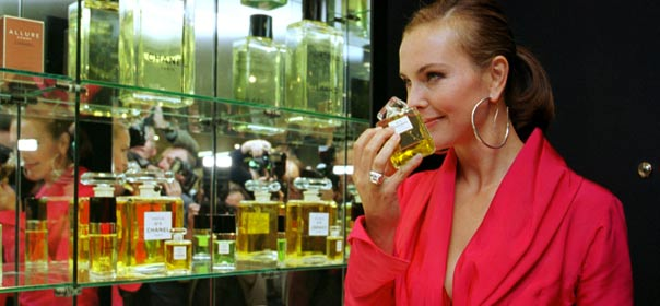 L'actrice Carole Bouquet hume le parfum Chanel n°5. © REUTERS