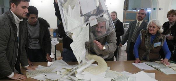 """L'article L66 du code électoral, depuis mars 2008, dispose que """"les bulletins blancs (...) n'entrent pas en compte dans le résultat du dépouillement"""". © REUTERS"""