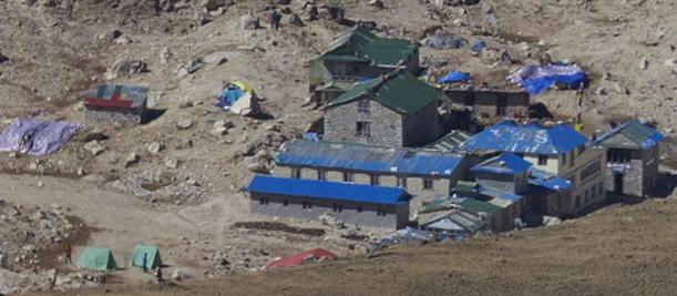 Après plusieurs zooms, on aperçoit des alpinistes près du campement de base de l'Everest