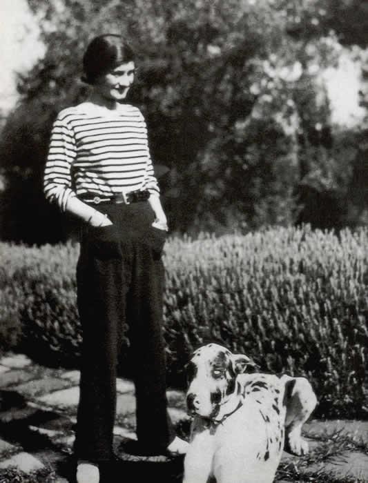 Coco Chanel en Marinière pendant l'entre deux-Guerres via Wikipedia