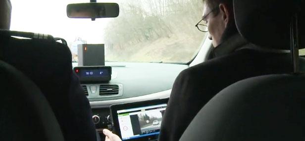 Des contrôleurs à l'intérieur d'une voiture banalisée équipée d'un radar mobile de nouvelle génération. Capture d'écran d'une vidéo de l'AFP sur Youtube.
