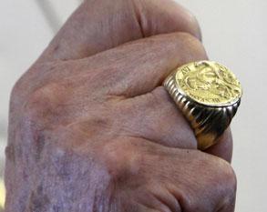 L'anneau du pêcheur du pape, porté par Benoît XV. © REUTERS