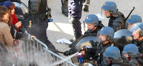 De la police gaze des manifestants, le 13 janvier 2009. © REUTERS