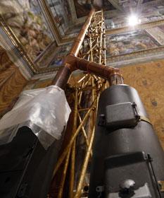 Les deux poêles installés dans la chapelle Sixtine, le 9 mars 2013, pour préparer l'élection du successeur de Benoit XVI. © REUTERS