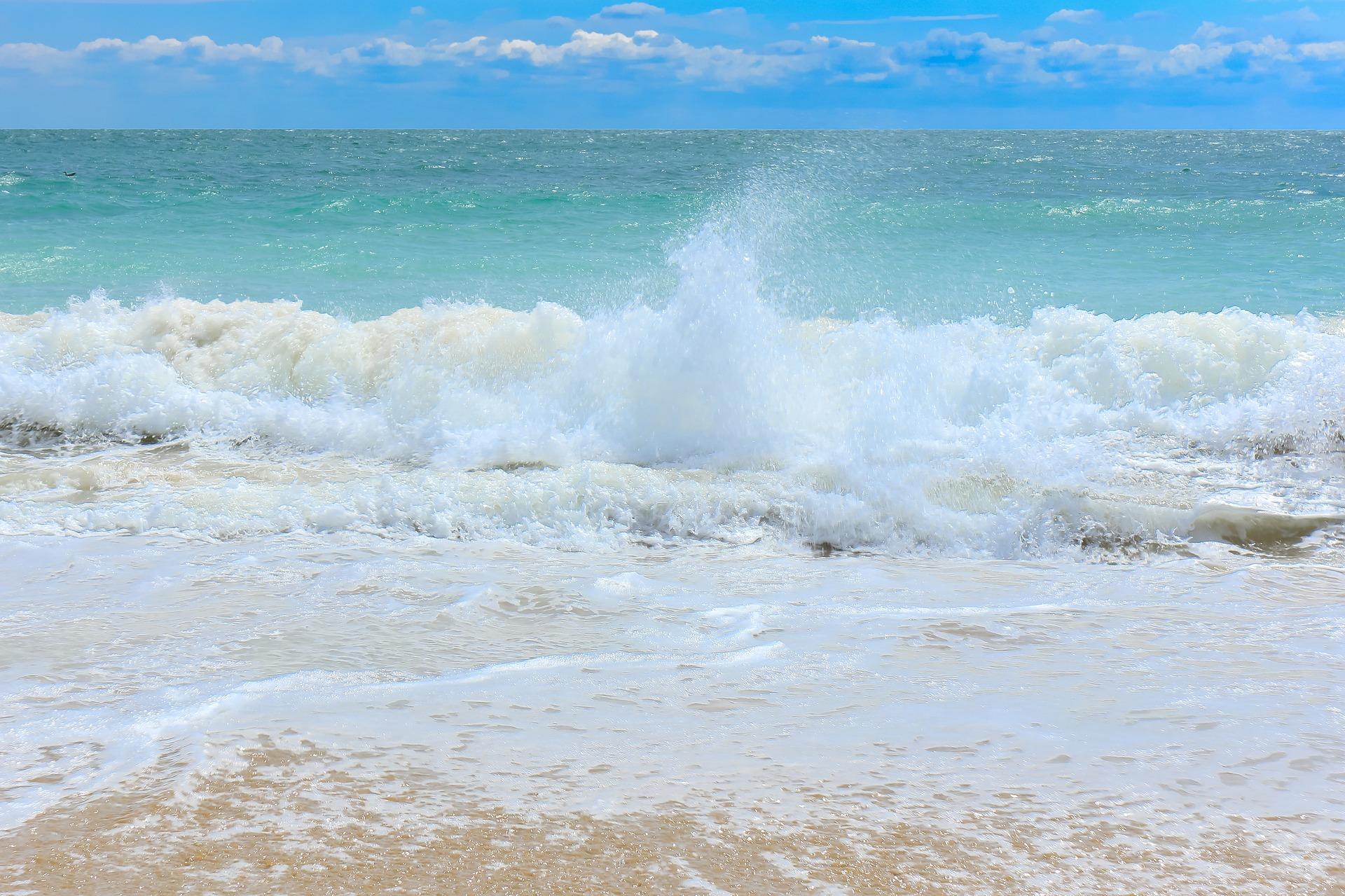 De quoi est faite l'écume des vagues ?