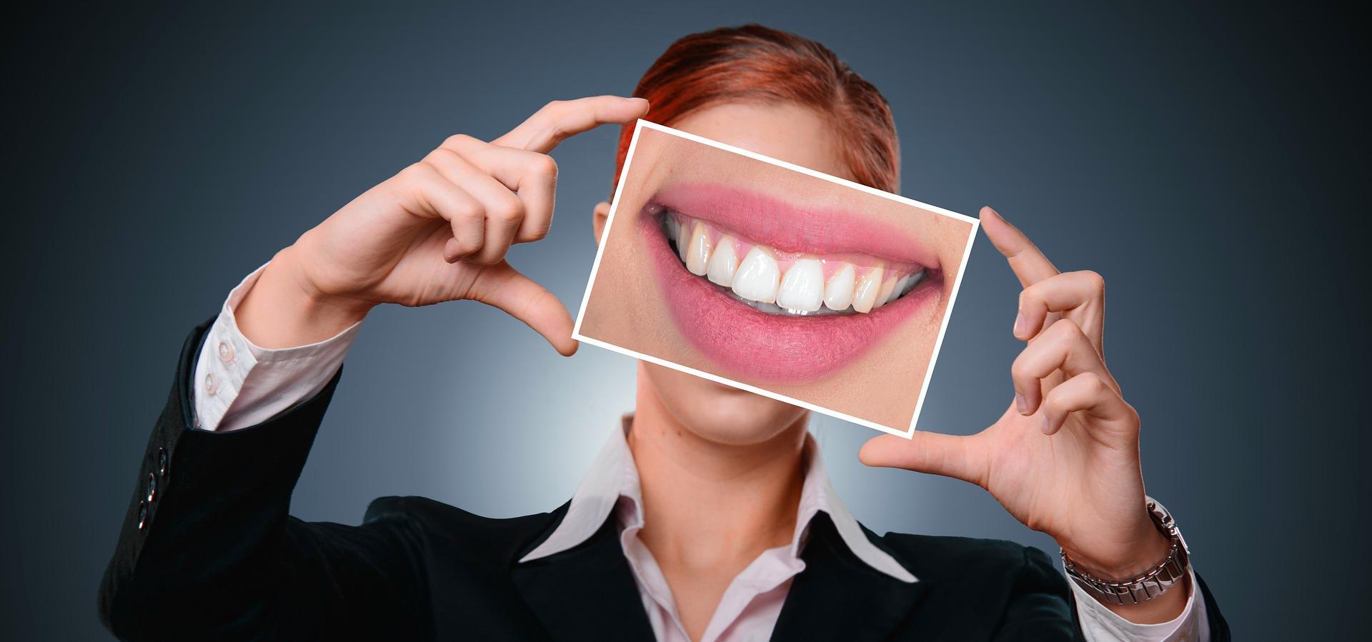 Vrai et faux sourire : la technique pour les distinguer